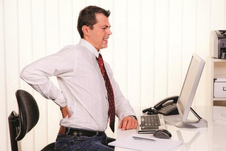 نصائح لعلاج الم الظهر والرقبة بسبب الكمبيوتر علاج-الم-الظهر-بسبب-الجلوس-الطويل-امام-الكمبيوتر.jpg